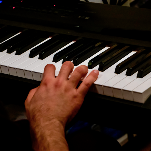 טיפול במוזיקה פסנתר גיטרה מטפל פסיכותרפיה נגינה